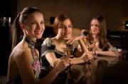 3 vrouwen aan een bar